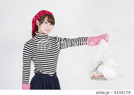 ゴミ袋を持つ若い女性 9336178
