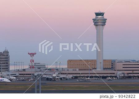 きれいな夕暮れトワイライトの羽田空港 9342822