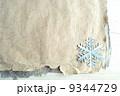 雪の結晶の切り絵のフレーム 冬のイメージ 9344729