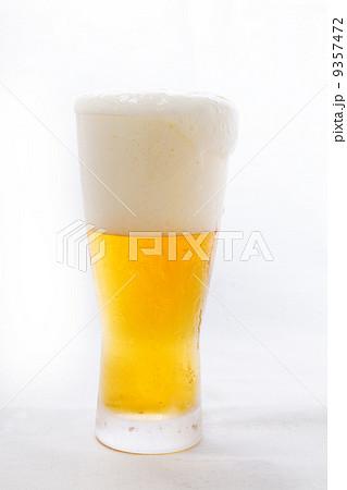 グラスビール ふちから泡がこぼれはじめる 9357472