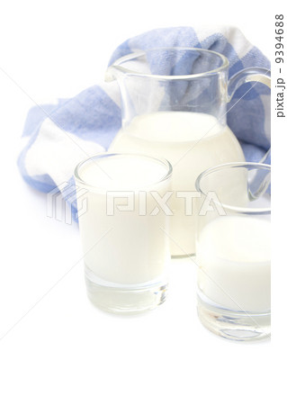 A Glass of milk on plaid towel, isolated on the white.の写真素材 [9394688] - PIXTA