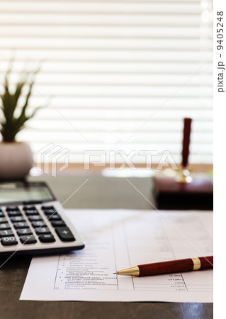 オフィスの電卓とペン ペンにピント 9405248