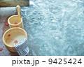 秋冬の素材・温泉の朝、イロハモミジの浮かぶ湯桶と手桶・横位置 9425424