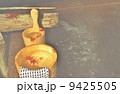 秋冬の素材・温泉の夜、湯煙りに霞む湯桶の中のイロハモミジ・横位置 9425505