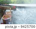秋冬の素材・温泉の朝、湯桶の中にオオモミジの葉・横位置 9425700