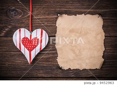 Old paper with heartの写真素材 [9452963] - PIXTA
