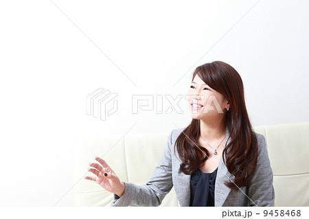 インタビューに答える女性 9458468