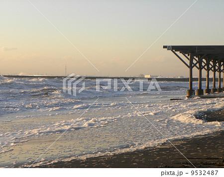 夕日に照らされる稲毛海岸のルーバー 9532487