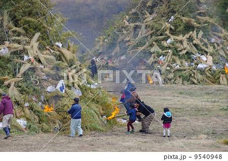 熊本県美里町 みどりかわ湖どんど祭り どんどやの大竹矢倉に点火する村人 9540948