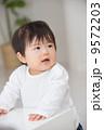 つかまり立ち 人物 赤ちゃんの写真 9572203