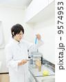 男性 人物 実験の写真 9574953