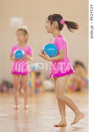 新体操の練習をする女の子 9624534