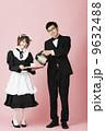 紅茶を入れる執事とメイド 9632488