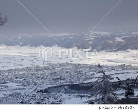 冬の富良野を一望 9633807