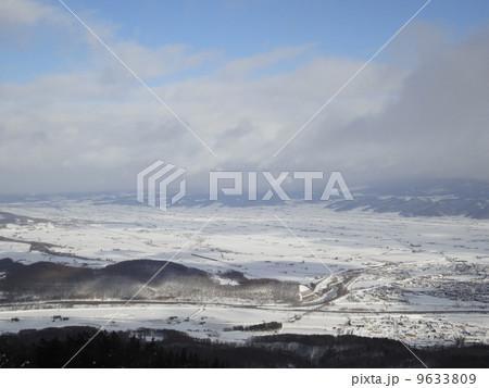 冬の富良野を一望 9633809