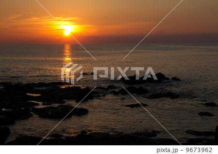日本海の夕日 9673962