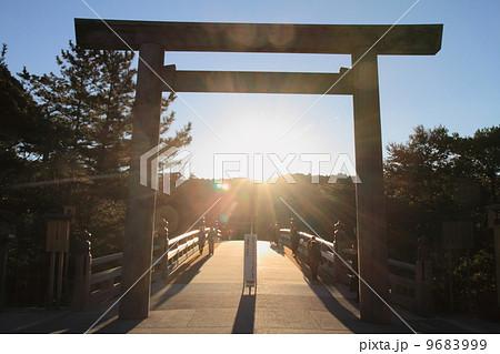 伊勢神宮内宮 宇治橋の鳥居(日の出) 9683999