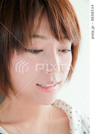 読む、視線、下向き、若い女性の表情【感情】コスメ美容イメージ/美人 ...