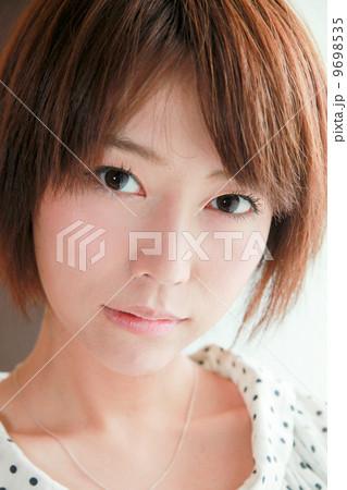 カメラ目線、物欲しげ、若い女性の表情【感情】コスメ美容イメージ/美人/20代/色白/スタジオ撮影 9698535