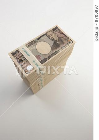 積み上げた札束 の写真素材 [9700997] - PIXTA