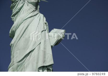 自由の女神像(独立宣言書)/ニューヨーク 9760249