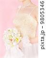 ブーケを手に華やかなウェディングドレスを着た新婦さん 9805346