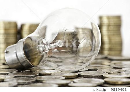 filament bulb lying on euro coinsの写真素材 [9819491] - PIXTA