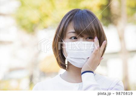 マスク姿の女性 9870819