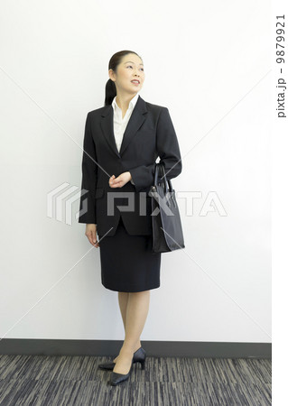 働くビジネスウーマン 9879921