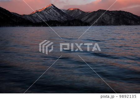 写真素材: 払暁の中禅寺湖畔から見る社山