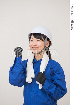つなぎを着た女性 9941072