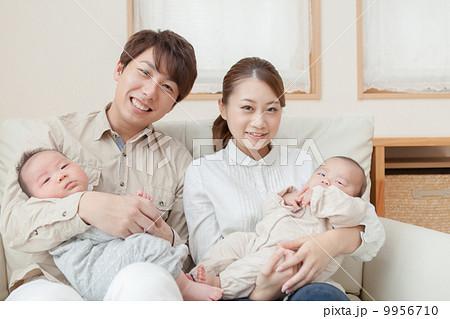 生後3ヶ月の赤ちゃん2人と両親 家族写真 9956710