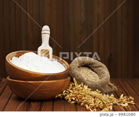 Flour in wooden bowl and wheat in burlap bag.の写真素材 [9981080] - PIXTA