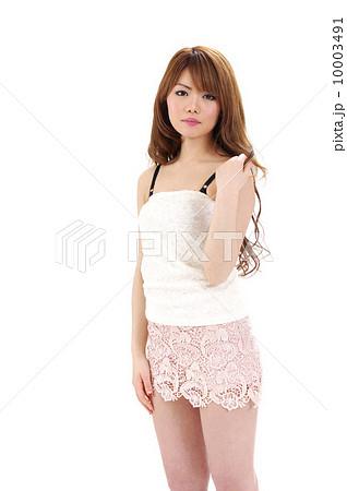 ミニスカートのセクシーな女性 10003491