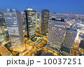 トワイライトの新宿高層ビル街と東京スカイツリーをはじめ都心の街並を望む 10037251