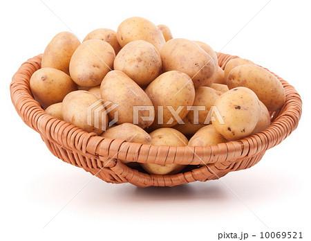 Potato tuber  in wicker basket isolated on white backgroundの写真素材 [10069521] - PIXTA