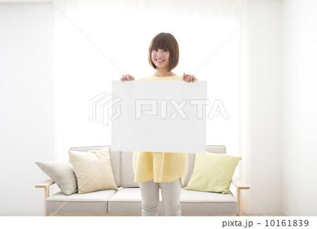 若い女性 メッセージボード 部屋の写真素材 [10161839] - PIXTA