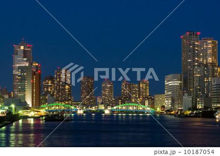 勝鬨橋と高層ビルの夜景 10187054