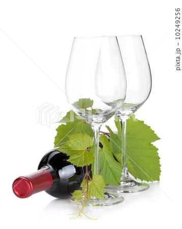Red wine bottle and empty glassesの写真素材 [10249256] - PIXTA