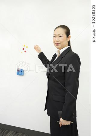 働くビジネスウーマン 10288305