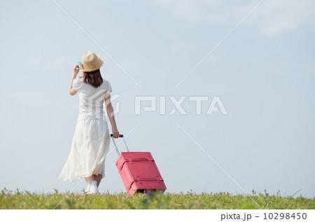 スーツケースを持って歩く女性 10298450