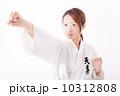 真剣な表情で空手をする20代の若い日本の女性 10312808