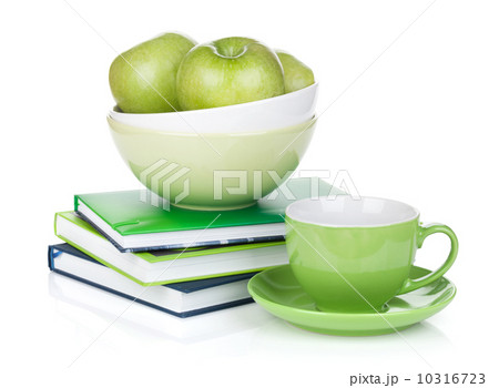 Ripe green apples, coffee cup and booksの写真素材 [10316723] - PIXTA