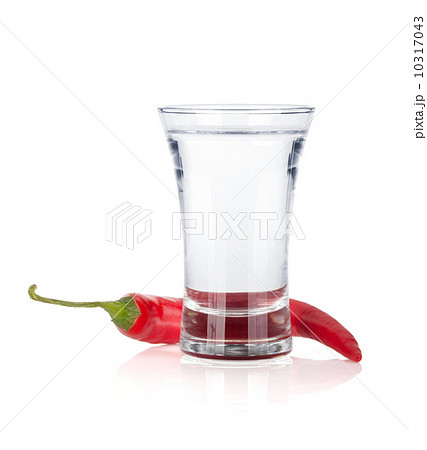Shot of vodka and red hot chili pepperの写真素材 [10317043] - PIXTA
