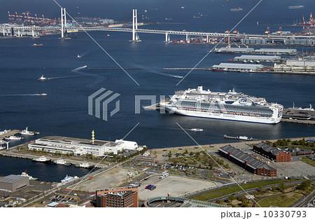横浜港と豪華客船 10330793