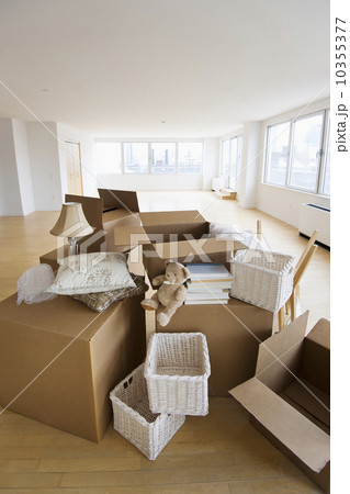 USA, New Jersey, Jersey City, boxes and decors stacked in roomの写真素材 [10355377] - PIXTA