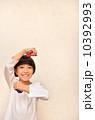 カスタネットで演奏する女の子 10392993