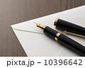 白色の封筒と万年筆のアップ 10396642