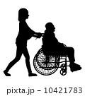 車椅子の高齢者と女性 10421783