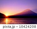 精進湖の初日の出 10424208